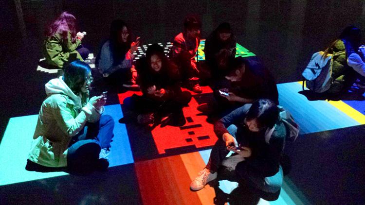 Le Générateur poïétique. 1) Première projection urbaine. Bruxelles 2013, 2) Maquette pour une performance collective, Shanghai Institute of Visual Art, 2015.